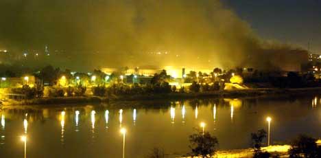 Røyk over planleggingsdepartementet i Bagdad. Foto: Reuters