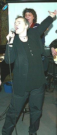 Kine Hellebust synger ut for full hals med gamle venner i Tramteateret. Foto: Bjørn Sigurdsøn / SCANPIX.