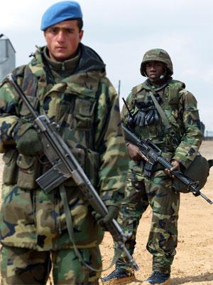 Ein irakisk (fremst)og ein amerikansk soldat patruljerer saman på ein amerikansk base i det sørøstlige Tyrkia. (Foto: Yannis Behrakis, Reuters)