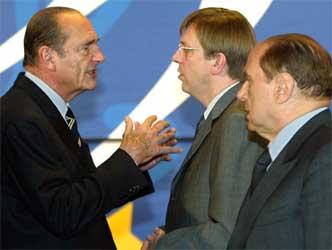 Jaques Chirac (t.v.) i møte med Belgias statsminister Guy Verhofstadt og Italias statsminister Silvio Berlusconi (t.h.) i Brussel fredag. (Foto: Reuters/Thierry Roge)