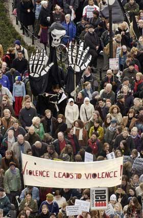 Flere tusen demonstrerte mot krigen i Irak. Demonstrasjonen starta med appellar framfor Stortinget for så å gå til den amerikanske ambassaden. (Foto: Thomas Bjørnflaten / Scanpix)