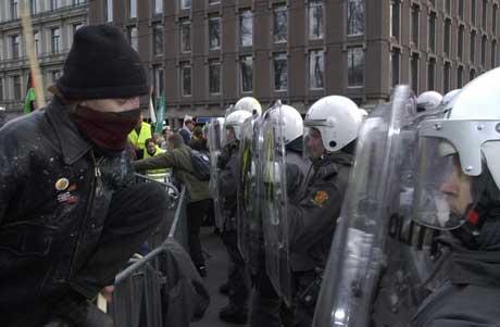 Det utvikla seg til samanstøytar etter at nokre av demonstrantane kasta stein mot politiet.. (Foto: Arash A. Nejad / Scanpix)