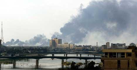 Røyk over Bagdad etter de nye angrepene. (Foto: Goran Tomasevic/Reuters)