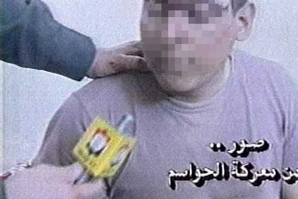 Det som blir sagt å vere ein amerikansk krigsfange i Irak blir intervjua av irakisk fjernsyn. (Sladda bilete).