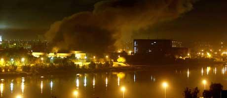 Røyken stiger opp mot nattehimmelen etter at et av presidentpalassene i Bagdad ble bombet i kveld. (Foto:Goran Tomasevic/Reuters)