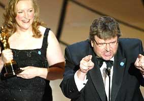 """Michael Moore fikk Oscar for beste dokumentar for filmen """"Bowling for Columbine"""", og angrep Bush under utdelingen"""