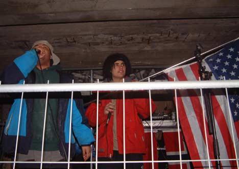 Soundcheck: Cast rapper, F'EM holder flagget som nektet å brenne under konserten. Foto: Rune Johansen, NRK.