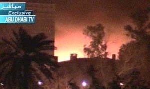 En brennende bygning i Bagdad onsdag morgen.