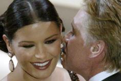 Michael Douglas gratulerte sin kone med en annonse i Variety. Og en klem. (Foto: Reuters)