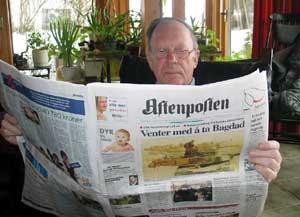 Olav Riste følger spent med på Irak-krigen. (Foto: Kjetil Berg/NRK)