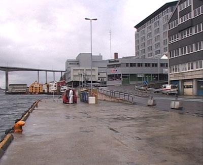 Her på Storkaia i Kristiansund ble den 32 år gamle politibetjenten funnet hardt skadd av en kollega klokka 04.45.