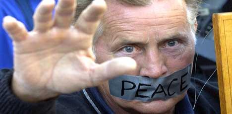 Ingen tvil om hva Martin Sheen mener om USAs krigføring i Irak. Foto: Scanpix/Reuters