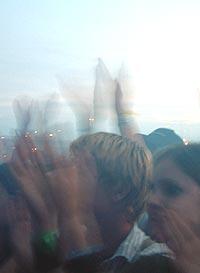 Publikum på Øya i 2002. Årets publikum får mange gode band å høre på. Foto: Rune Johansen, NRK.