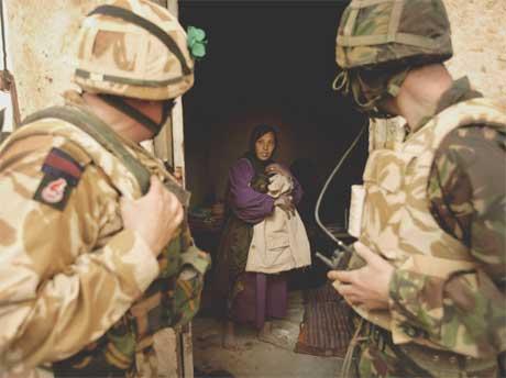 Britiske soldater prøver å få kontakt med en åpenbart skeptisk lokalbefolkning (REUTERS)