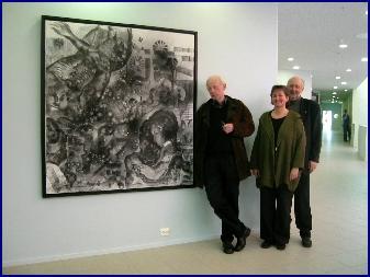 Håkon Bleken, Torill Skrondal i utsmykkingskomiteen og rektor Martin Risnes ved en av de store kulltegningene. Foto: Gunnar Sandvik