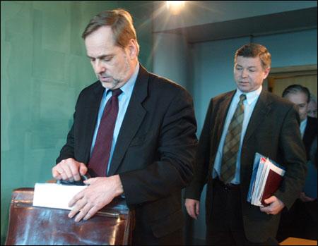 Bondevik: Ja, du får ha god helg da, Jan! Petersen: Nå er det viktig at vi følger det veikartet som FN har laget... (Ådne Feiring)
