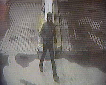 Overvåkingskameraet tok dette bilde av den ene raneren ved bensinpumpene klokka 22:20:43 torsdag kveld.