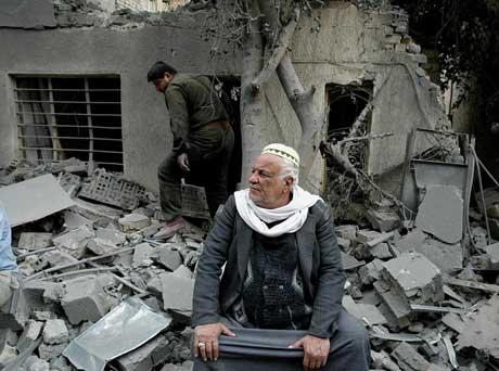 Ein irakisk mann utanfor huset sitt som blei øydelagt i luftangrepet mot eit kommunikasjonssenter i Bagdad i dag tidleg. (Foto: Goran Tomasevic/Reuters)