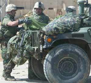 Amerikanske soldater i Nasiryah pakker utstyr (foto: Getty Images).