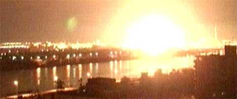 Angrepet mot informasjonsdepartementet førte til kraftig brann i sentrum av Bagdad. (Foto: Reuters TV)