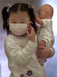 Jente med munnbind på Taiwan. (Foto: Reuters)