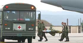 Skadet amerikansk soldat bæres på båre (foto: Getty Images).