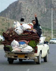 Mange av dei som vil heim, er kurdarar som har mista telefonkontakt med slektningane sine. I kurdarområda i Nord-Irak har mange flykta ut av byane. (Foto: Reuters)