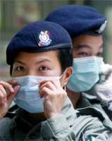 Politiet i Hongkong sjekker maskene sine før de går inn i blokk E i boligkomplekset Amoy Garden (REUTERS/Kin Cheung)