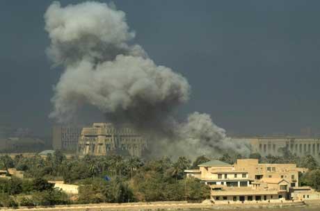 Røyk stig opp etter luftangrepa i Bagdad i dag. (Foto:Faleh Kheiber/Reuters)