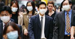 Overalt i Hong Kong går mennesker med munnbind for å unngå å bli smittet av luftveissykdommen SARS.