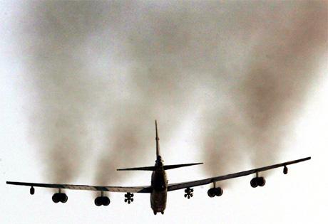 Det amerikanske forsvaret bekrefter at det er sluppet klasebomber fra B-52-bombefly. (Foto: Darren Staples, Reuters)