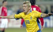 Slik jubler en ekte svensk helt. Markus Allbäck etter sitt andre mål mot Ungarn.(Foto: REUTERS/str)