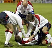 Sigurd Rushfeldt blir overfalt av lettede lagkamerater etter 1-0 målet.(Foto: Tor Richardsen/SCANPIX)