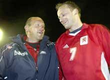 Nils Johan Semb gratulerte målscorer Sigurd Rushfeldt etter at han scoret mot Luxemburg. (Foto: Tor Richardsen/Scanpix)