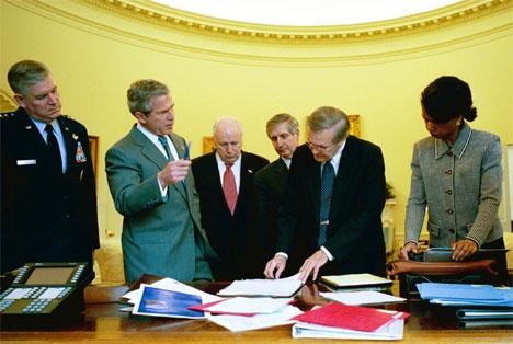 President George W. Bush drøfter Irak med deler av sitt krigsråd, bl.a. sikkerhetsrådgiver Condoleezza Rice, forsvarsminister Donald Rumsfeld og visepresident Dick Cheney. (Arkivfoto: Reuters/Scanpix)