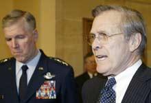 Donald Rumsfeld (t.h.) og Richard Myers leste aldri rapporten om overgrep. (Foto: Reuters)