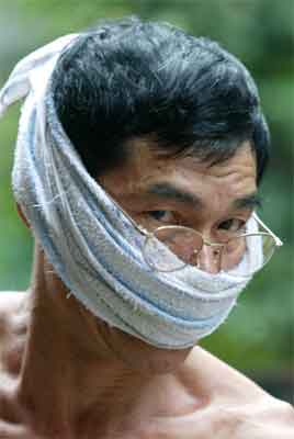 En arbeider i Hongkong tar ingen sjanser. (Foto: Reuters/Kin Cheung)