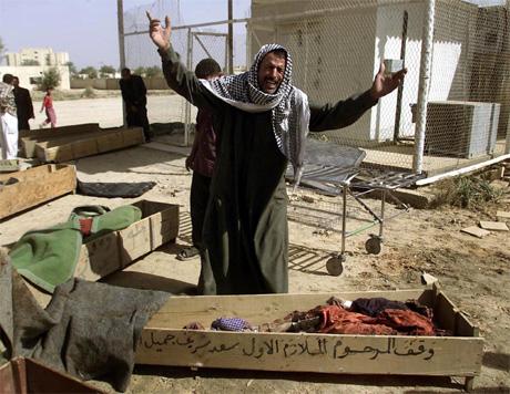 En irakisk mann skriker ut sin vrede etter at hans kone og barn ble drept i et amerikansk angrep. (Foto: Akram Saleh)