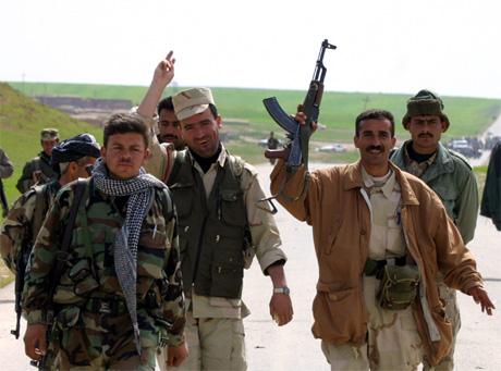 Kurdiske soldater jublar etter at irakiske soldatar har forlate ei av stillinane i Nord-Irak. (Foto: Caren Firouz)