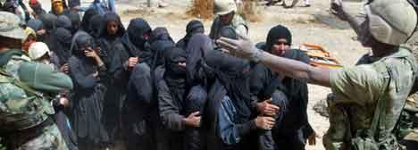 Irakiske kvinner og amerikanske soldatar i Nassiriya. (Foto: Joe Raedle/Getty Images)