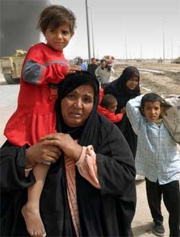 Irakisk familie på flukt i Basra. (Foto: Giles Penfound/Reuters)
