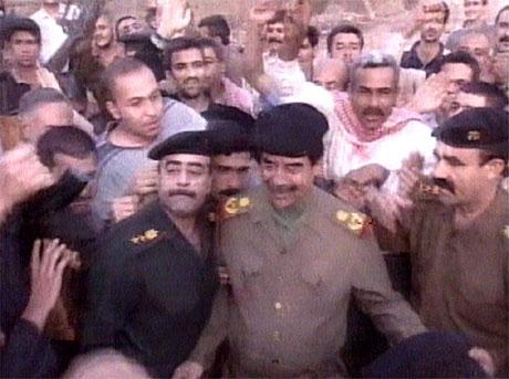 Saddam Hussein mottok folket sin fagnad i Bagdad på irakisk fjernsyn i kveld.