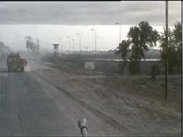 Britene har to ganger i dag rykket inn i Basra der Saddam Husseins styrker ennå holder ut.