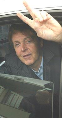 Den travle forretningsmannen Paul McCartney drar til flyplassen etter to konserter i Nederland og Belgia. Nå har han fått problemer med stemmen. Foto: Mark Renders / Getty Images.
