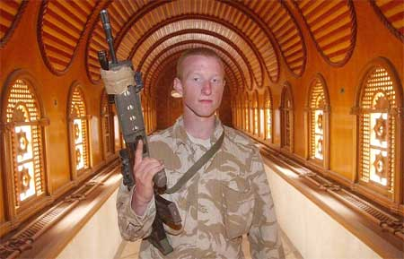 Den britiske soldaten Stuart Lawley i en korridor i Saddam Husseins palass i Basra 7. april 2003. (Foto: Reuters/Jon Mills)