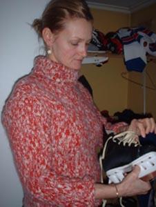 Kvalitetstid sammen med barna er viktig for Maria. Her sjekkes skøytene før en tur på skøytebanen.
