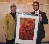 Kirsti Kolle Grøndahl deler ut prisen til tidligere eier.