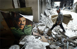 Kaos og bombede bygninger har medført omfattende plyndringer i Basra. Foto: Getty/Mario Tama