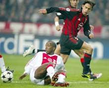 Milans spiss Filippo Inzaghi i kamp om ballen med Hakem Trabelsi fra Ajax. (Foto: REUTERS / Paul Vreeker)