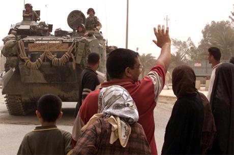 Innbyggjarar i Bagdad helsar dei amerikanske soldatane velkomne. (Foto: Reuters)